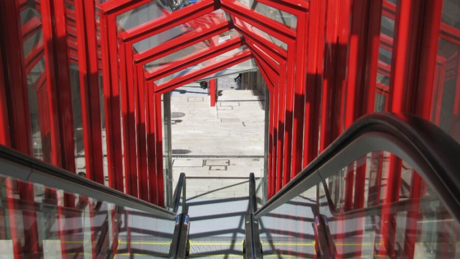 escalera-mecanica-retail-urbano-retail-humano-vigo-farmaflow